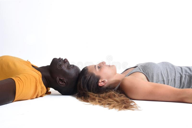Un couple se trouvant sur le plancher avec le blanc photo libre de droits