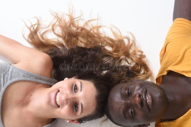 Un couple se trouvant sur le plancher avec le blanc images libres de droits