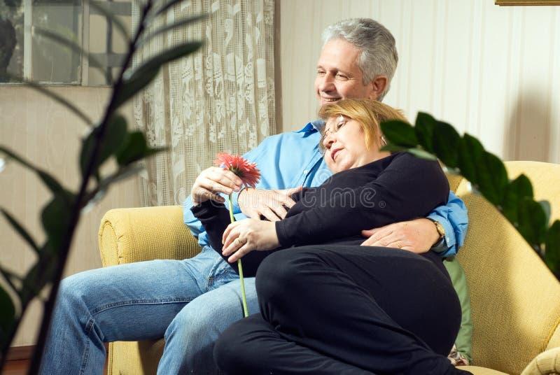 Un couple Snuggling sur un divan Ensemble-Vertical images libres de droits