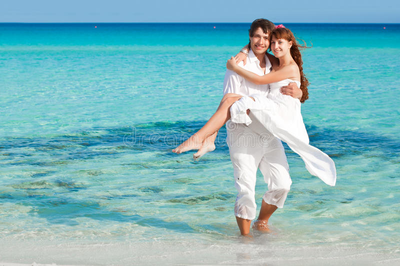 Un couple sur la plage images libres de droits