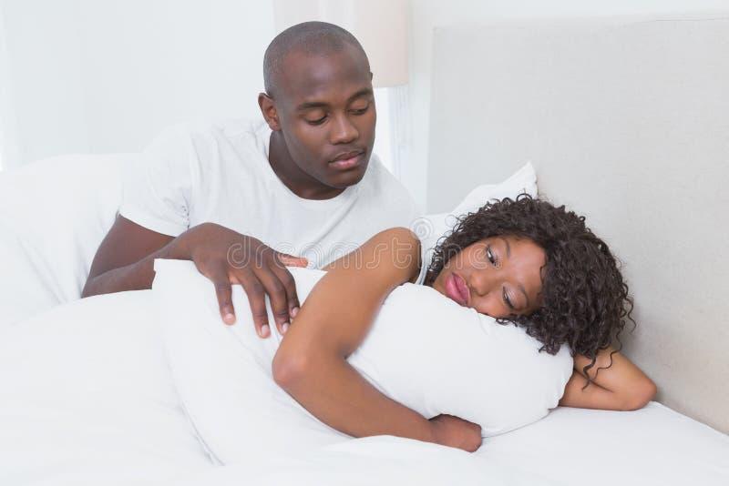 Download Un Couple Très Mignon Dans Le Lit Ensemble Image stock - Image du argument, mâle: 56485297