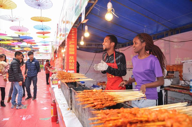 Un couple vendant le chiche-kebab grillé d'agneau sur la rue de nourriture photos stock