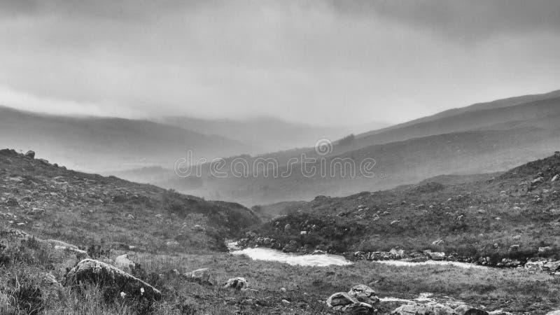Un courant dans les collines en brouillard photo libre de droits