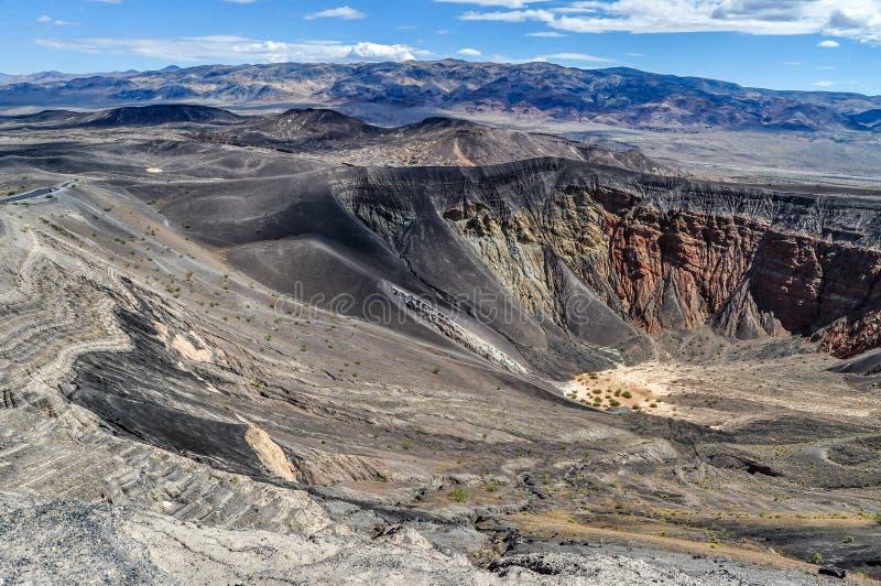 Un cráter volcánico antiguo cava profundamente en el parque nacional de Death Valley fotografía de archivo libre de regalías