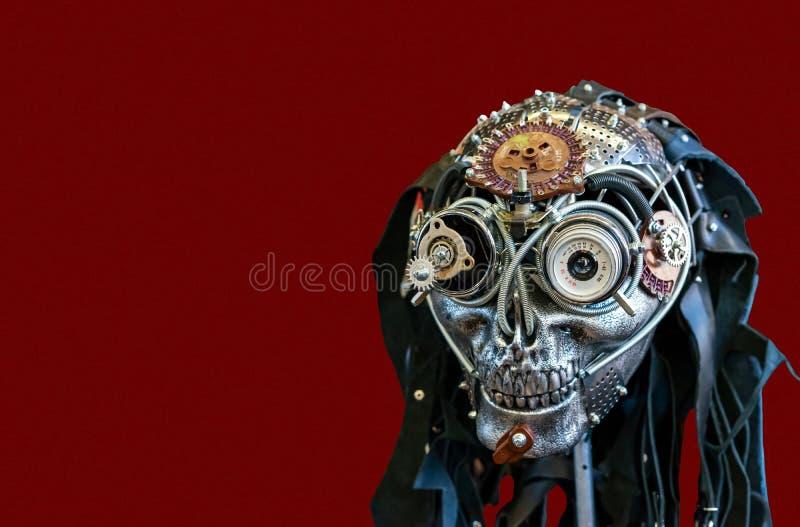 Un cranio del metallo con un occhio da una lente d'annata della foto fotografia stock