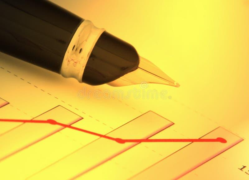 Un crayon lecteur sur le diagramme positif de revenu (y) photo libre de droits