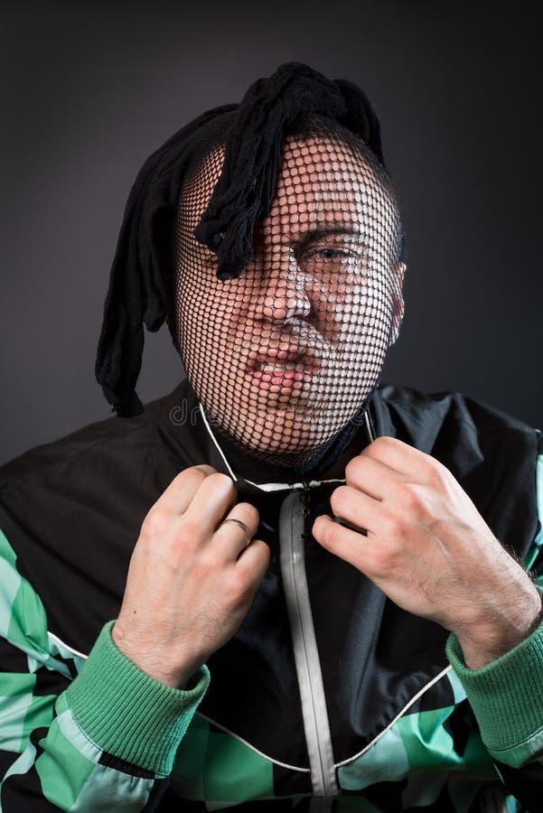 Un criminel dangereux avec un bas sur sa tête est fâché photo libre de droits