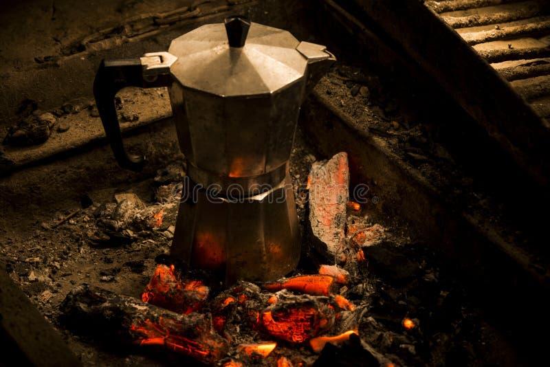 Un crisol del moka en carbones calientes imagen de archivo