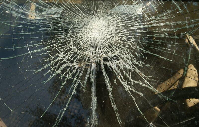 Un cristal de ventana roto sucio imagen de archivo