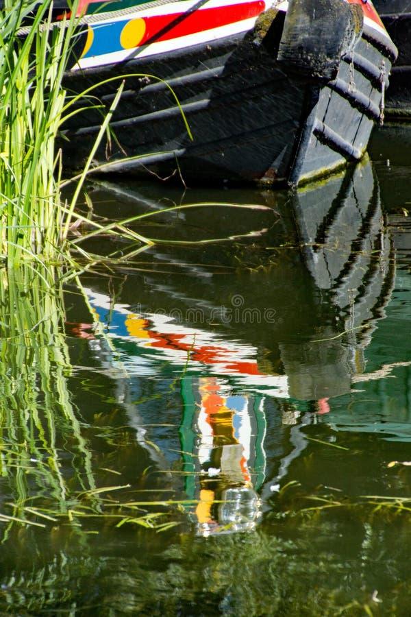 Un crogiolo di canale attraccato e che riflette nel fiume Stort immagini stock