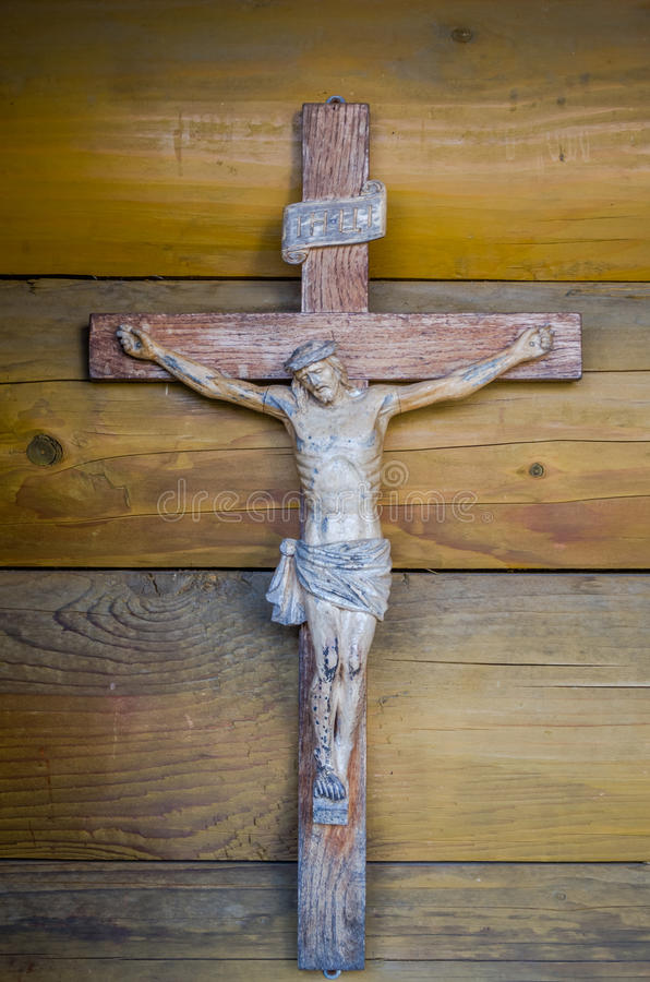 Un crucifix en bois sur la vieille église en bois dans un endroit catholique de monastère de Krehivskyy de pèlerinage en Ukraine photos libres de droits
