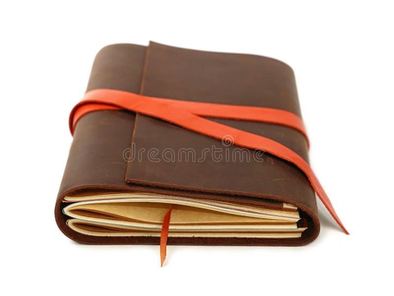 Un cuaderno de cuero de la cubierta aislado en blanco imagen de archivo