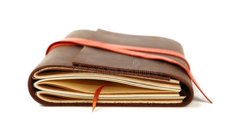 Un cuaderno de cuero de la cubierta aislado en blanco foto de archivo