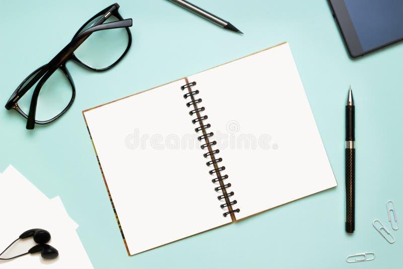 Un cuaderno y vidrios fotografía de archivo