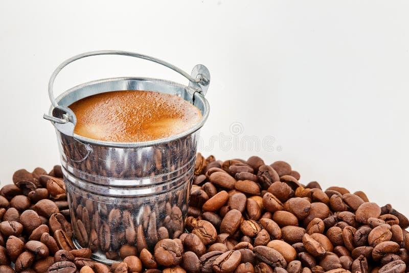 Un cubo de café en granos de café fotografía de archivo libre de regalías
