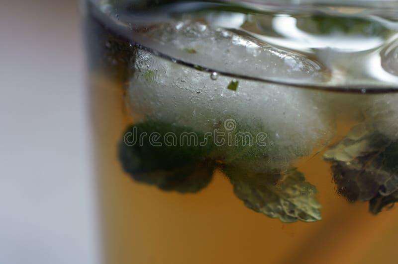 Un cubo di ghiaccio nel tè di ghiaccio fotografie stock