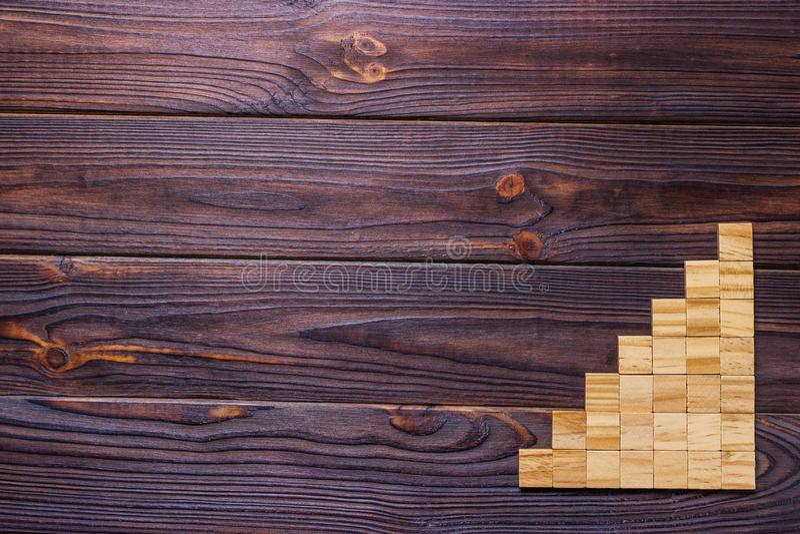 Un cubo di legno dei blocchi sopra fondo strutturato di legno nero con lo spazio della copia per aggiunge il titolo di testo di p fotografia stock libera da diritti