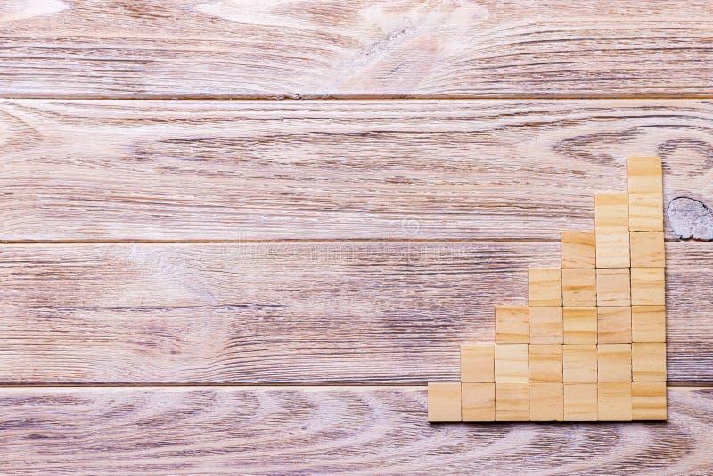 Un cubo di legno dei blocchi sopra fondo strutturato di legno nero con lo spazio della copia per aggiunge il titolo di testo di p immagine stock libera da diritti