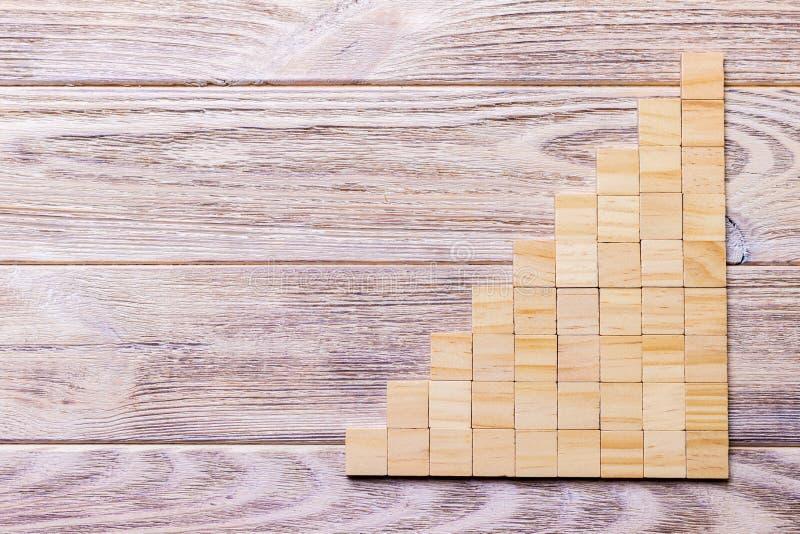 Un cubo di legno dei blocchi sopra fondo strutturato di legno nero con lo spazio della copia per aggiunge il titolo di testo di p immagine stock