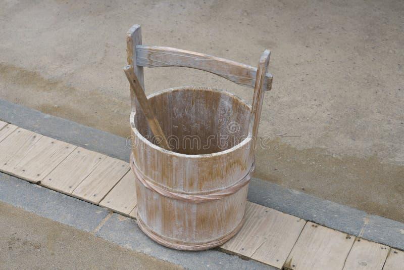 Un cubo japonés o un cubo de madera y una cucharón o un cazo foto de archivo libre de regalías