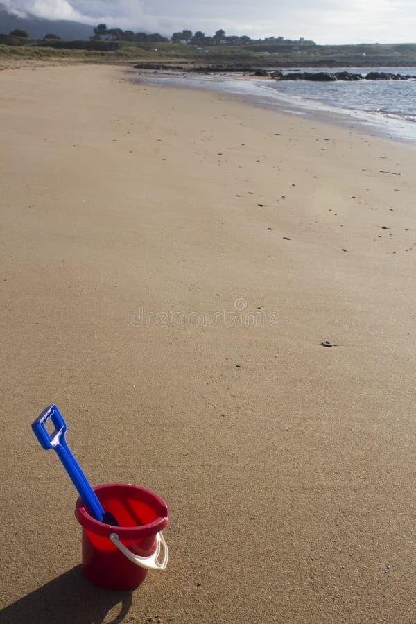 Un cubo y una espada en una playa arenosa en Sutherland, Escocia , fotos de archivo libres de regalías
