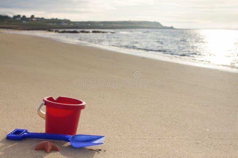 Un cubo y una espada en una playa arenosa en Sutherland, Escocia , fotografía de archivo libre de regalías
