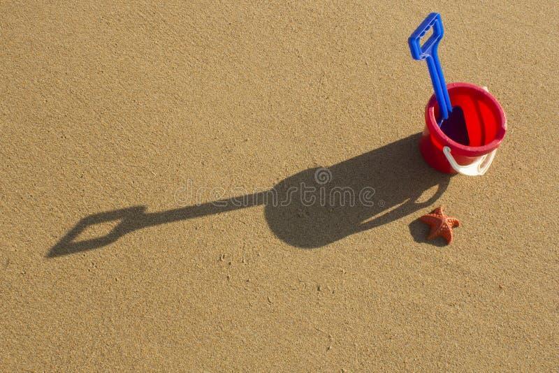 Un cubo y una espada en una playa arenosa en Sutherland, Escocia , imágenes de archivo libres de regalías