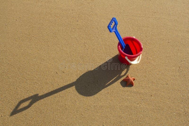 Un cubo y una espada en una playa arenosa en Sutherland, Escocia fotografía de archivo libre de regalías