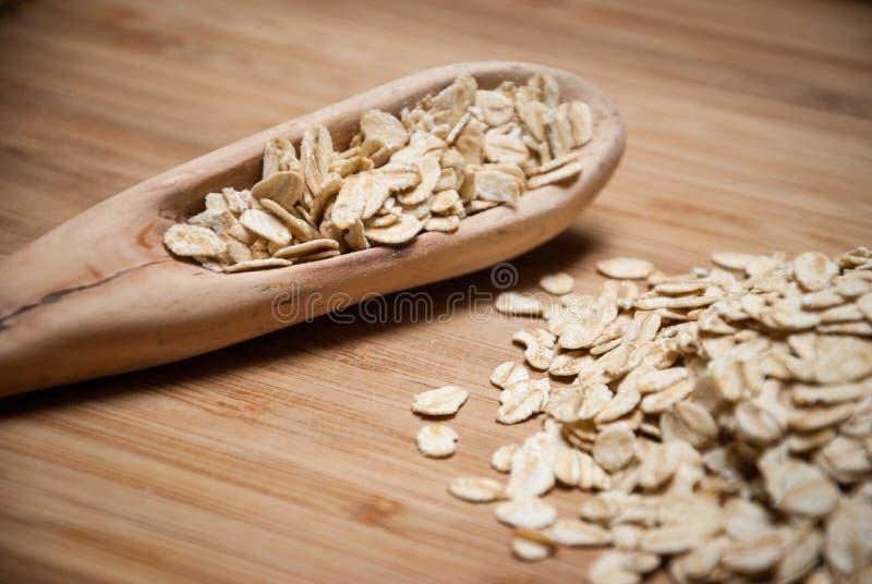 Un cucchiaio di legno con le querce rotolate fotografia stock