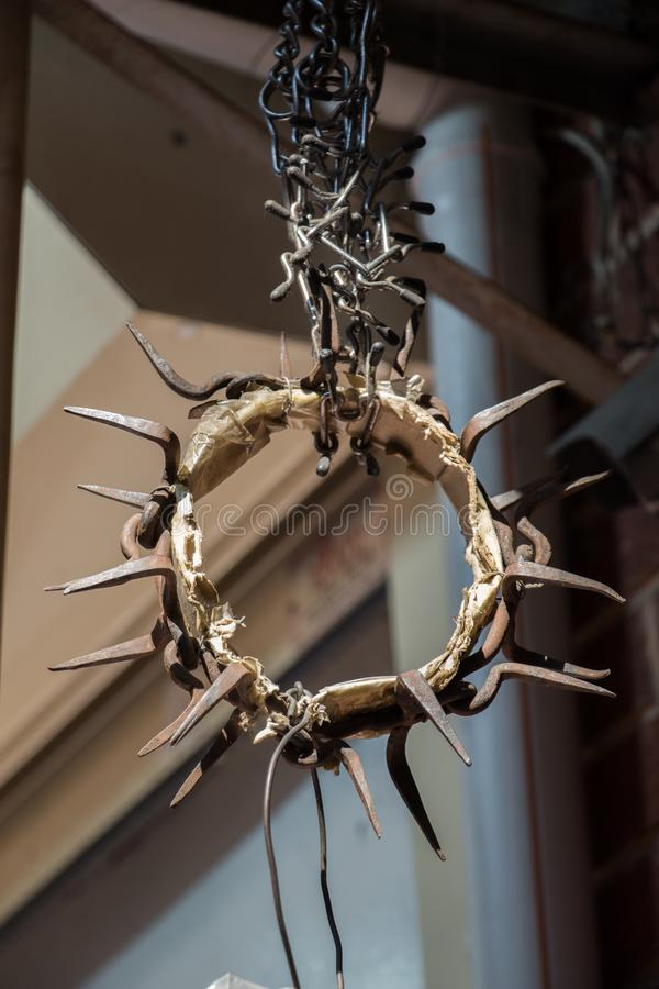 Un cuello de perro de acero claveteado en la exhibición imagen de archivo