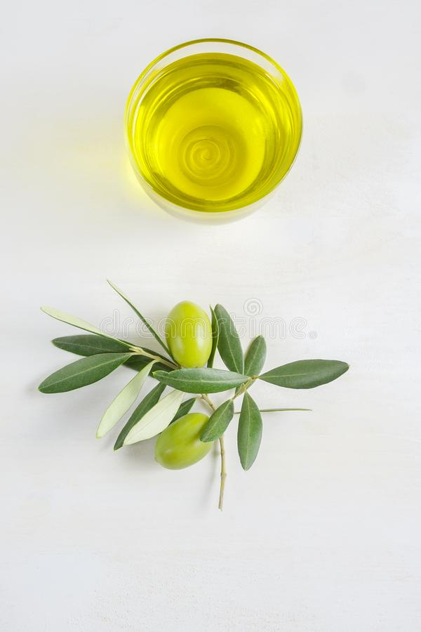 Un cuenco de aceite de oliva virginal adicional hecho en Apulia, Italia, espacio de la copia, endecha plana foto de archivo