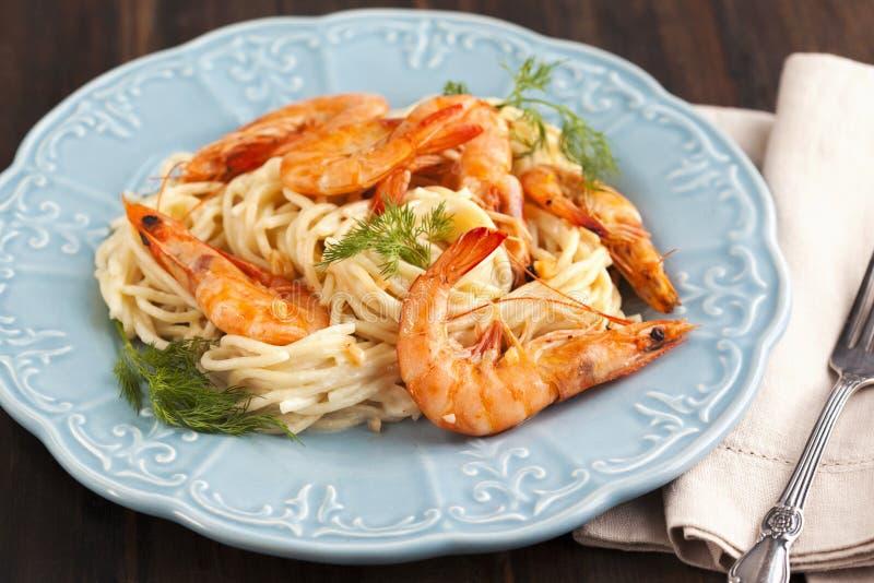 Un cuenco de espaguetis deliciosos de las gambas con la salsa cremosa imagenes de archivo