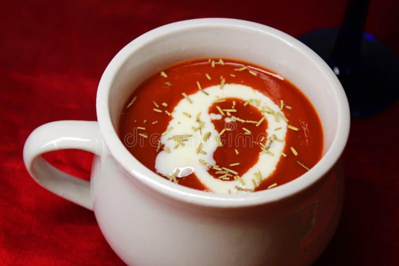 Un cuenco de sopa del tomate imagen de archivo
