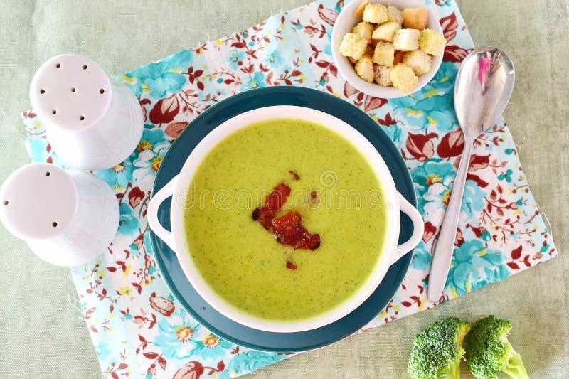 Un cuenco de una sopa cremosa del bróculi con tocino crujiente Alimento sano Concepto sano de la consumición imagen de archivo libre de regalías