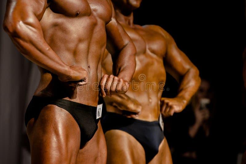 Un culturista di due atleti immagini stock