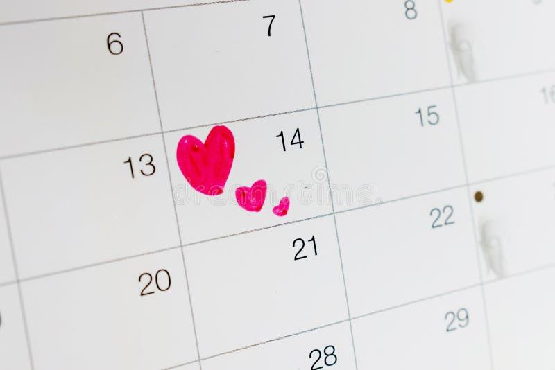 Un cuore data di calendario sul 14 febbraio fotografia stock