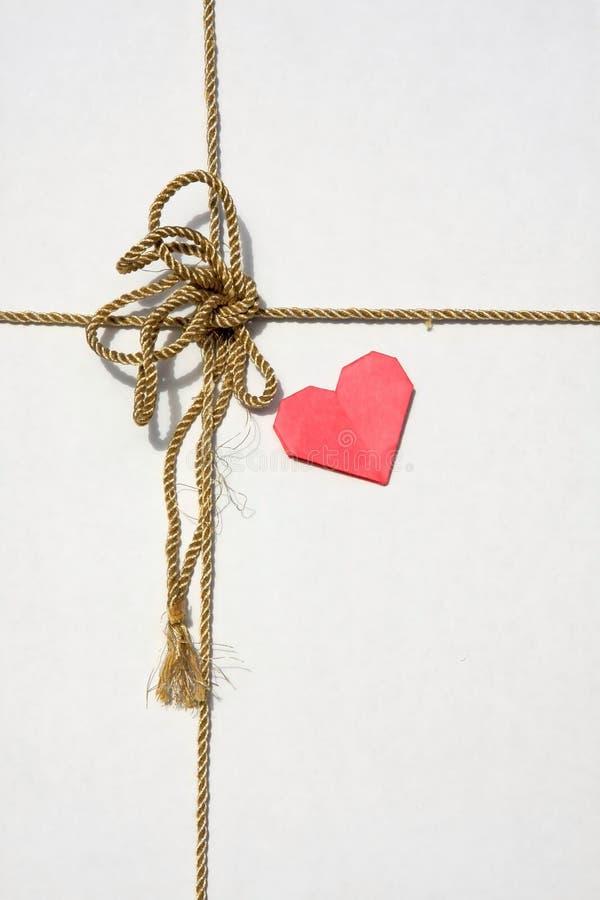 Un cuore del contenitore e del documento di regalo fotografia stock libera da diritti
