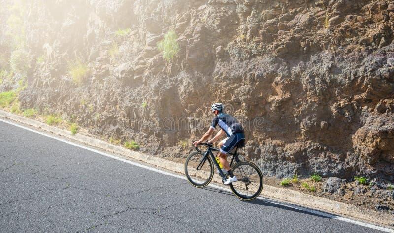 Un cycliste de route d'homme images libres de droits