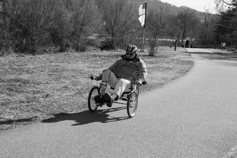 Un cycliste handicapé sur le Greenway de rivière de Roanoke image stock