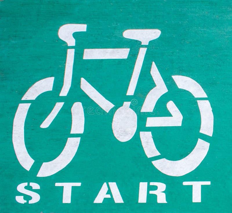 Un début de manière de cycle peint sur une surface d'asphalte image stock