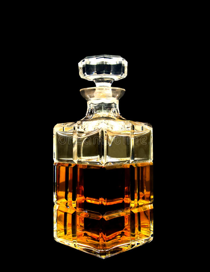 Un décanteur en cristal avec le whiskey images stock