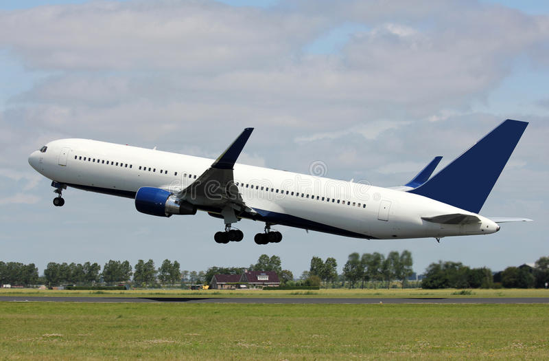 Un décollage d'avion à réaction photos libres de droits