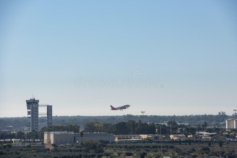 Un décollage d'avion de passager d'Easyjet image stock