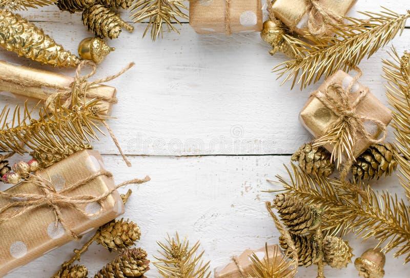 Un décor de Noël avec un ornement festif d'or sur fond de bois blanc Carte de voeux images stock