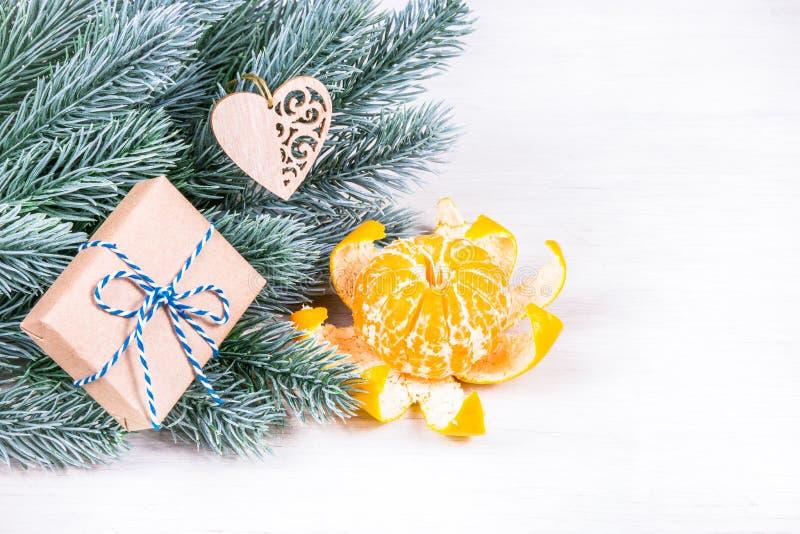 Un décor de Noël clair avec des cadeaux et des branches de sapin Copier la boîte de réception espace image libre de droits