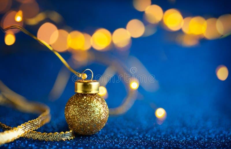 Un décor festif de Noël ou de Nouvel An avec des baubles d'or de Noël sur fond bleu vif Concept d'hiver festif image libre de droits