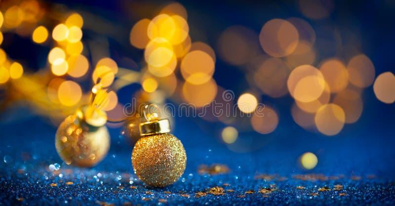 Un décor festif de Noël ou de Nouvel An avec des baubles d'or de Noël sur fond bleu vif Concept d'hiver festif photo libre de droits