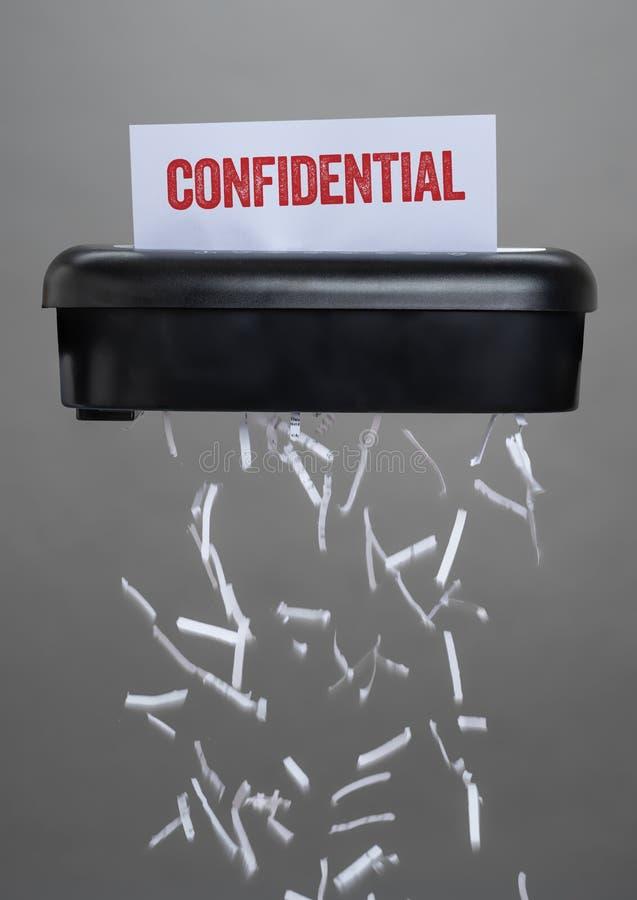 Un défibreur détruisant un document - confidentiel photo libre de droits