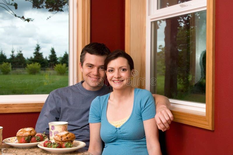 Un déjeuner de sourire de couples à la maison - horizontal photographie stock libre de droits