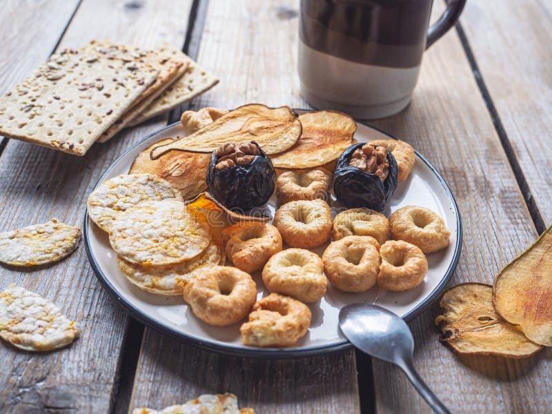 Un déjeuner rapide avec des biscuits de céréale et des pommes chips de fruits secs image stock